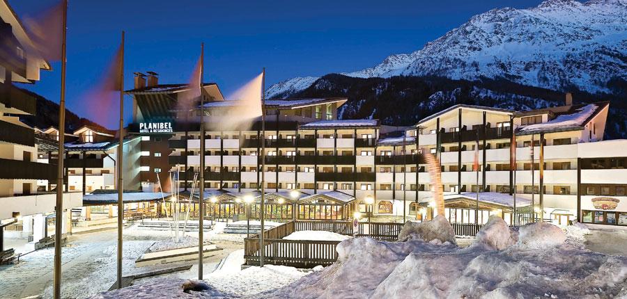 italy_la-thuile_planibel_hotel_exterior_night.jpg